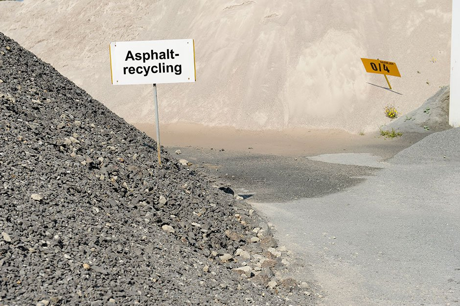 Asphalt recycling material